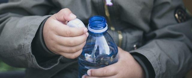 Chỉ cần mở nắp chai nhựa cũng có thể gây ô nhiễm môi trường? - 1