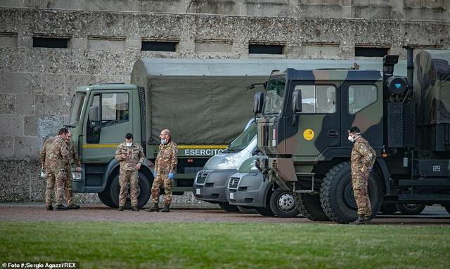 Xe quân sự xếp hàng dài di chuyển thi thể bệnh nhân Covid-19 ở Italia - 2