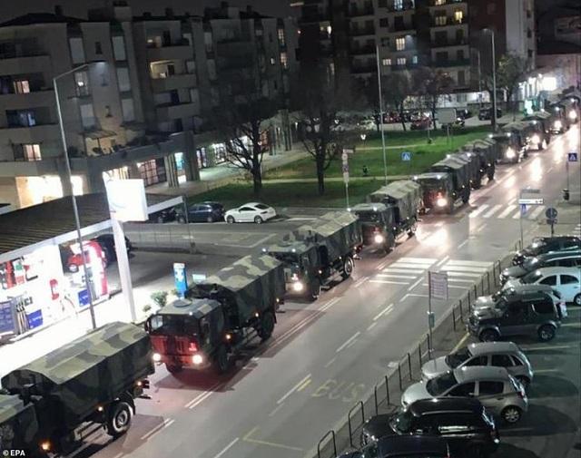 Xe quân sự xếp hàng dài di chuyển thi thể bệnh nhân Covid-19 ở Italia - 4