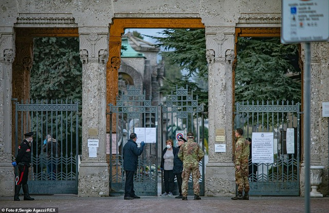 Xe quân sự xếp hàng dài di chuyển thi thể bệnh nhân Covid-19 ở Italia - 1
