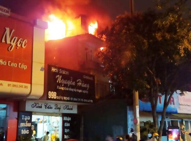 Tiệm giặt là bốc cháy giữa khu dân cư, người dân cuống cuồng sơ tán tài sản - 1