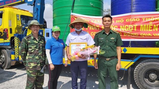 """Xe cứu hộ chở nước ngọt miễn phí """"giải khát"""" cho vùng hạn mặn - 5"""