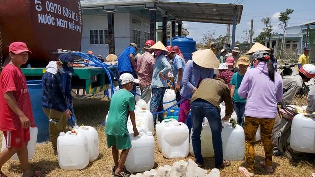 """Xe cứu hộ chở nước ngọt miễn phí """"giải khát"""" cho vùng hạn mặn - 1"""