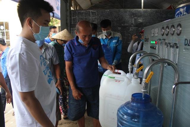 Người dân Bến Tre mừng rỡ vì nhận được máy lọc nước - 2