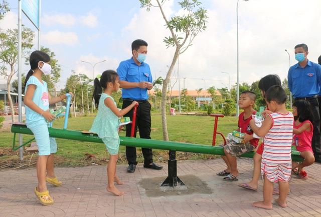 Xây dựng sân chơi, tặng hồ bơi cho trẻ em vùng biên giới - 3