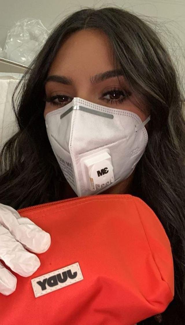 Kim Kardashian chia sẻ ảnh ngày bé với fans - 1