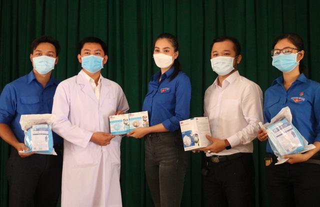 Hoa hậu Trần Tiểu Vy đến thăm, tặng quà tại bệnh viện dã chiến Củ Chi - 1