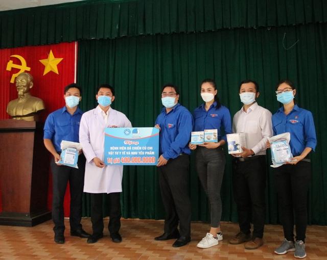 Hoa hậu Trần Tiểu Vy đến thăm, tặng quà tại bệnh viện dã chiến Củ Chi - 2