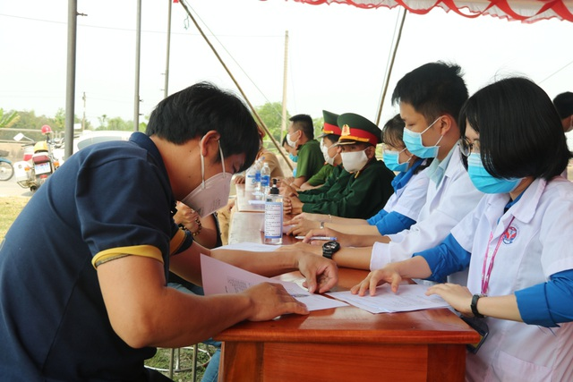 Hàng trăm SV tình nguyện góp sức vào chiến dịch phòng, chống dịch Covid-19 - 7