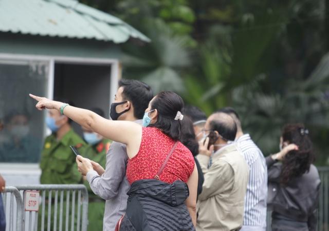 Hà Nội: Người thân tấp nập tiếp tế đồ vào khu cách ly Pháp Vân - Tứ Hiệp - 4