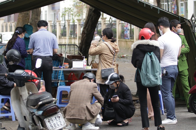 Hà Nội: Người thân tấp nập tiếp tế đồ vào khu cách ly Pháp Vân - Tứ Hiệp - 12