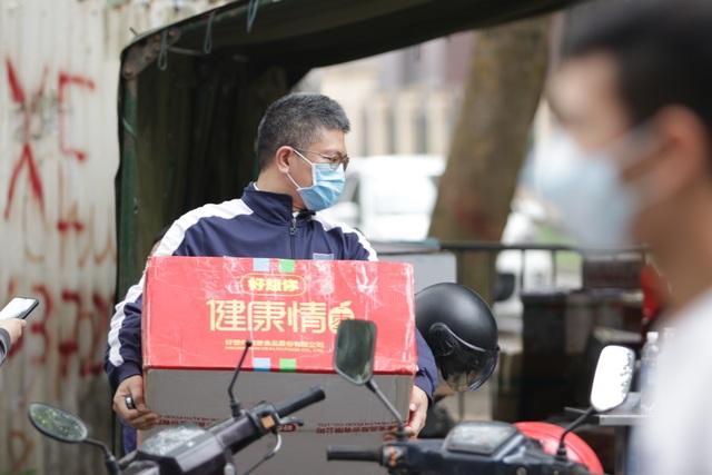 Hà Nội: Người thân tấp nập tiếp tế đồ vào khu cách ly Pháp Vân - Tứ Hiệp - 13