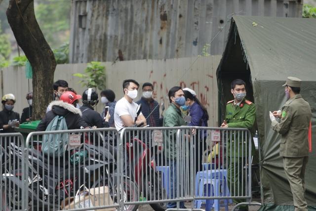 Hà Nội: Người thân tấp nập tiếp tế đồ vào khu cách ly Pháp Vân - Tứ Hiệp - 10