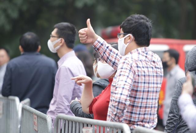 Hà Nội: Người thân tấp nập tiếp tế đồ vào khu cách ly Pháp Vân - Tứ Hiệp - 3