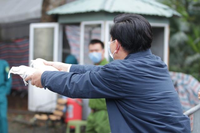 Hà Nội: Người thân tấp nập tiếp tế đồ vào khu cách ly Pháp Vân - Tứ Hiệp - 8