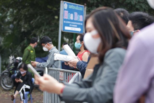 Hà Nội: Người thân tấp nập tiếp tế đồ vào khu cách ly Pháp Vân - Tứ Hiệp - 2