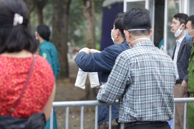 Hà Nội: Người thân tấp nập tiếp tế đồ vào khu cách ly Pháp Vân - Tứ Hiệp - 5