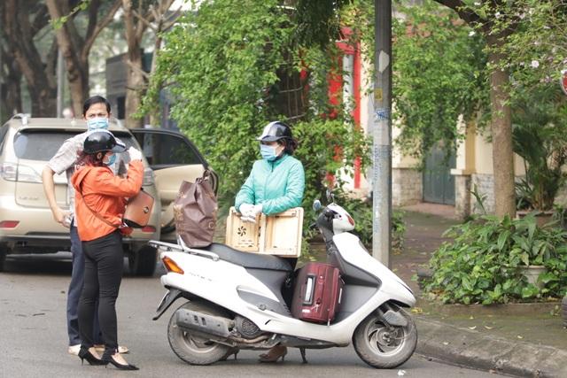 Hà Nội: Người thân tấp nập tiếp tế đồ vào khu cách ly Pháp Vân - Tứ Hiệp - 15