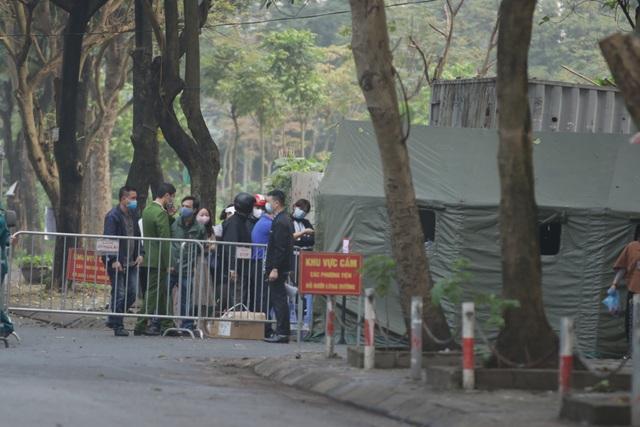 Hà Nội: Người thân tấp nập tiếp tế đồ vào khu cách ly Pháp Vân - Tứ Hiệp - 11