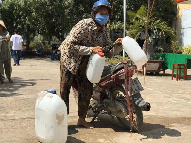 Người dân Bến Tre mừng rỡ vì nhận được máy lọc nước - 4