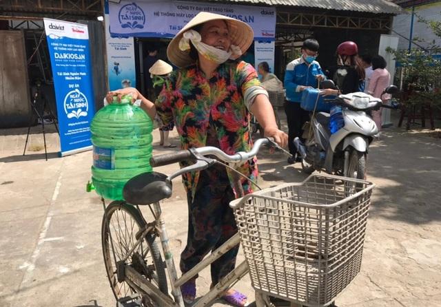 Người dân Bến Tre mừng rỡ vì nhận được máy lọc nước - 5