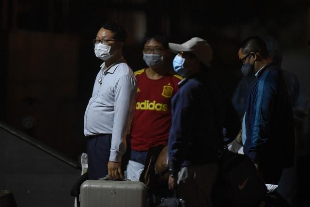 Chuyến xe chở công dân về khu cách ly Pháp Vân - Tứ Hiệp trong đêm mưa - 3