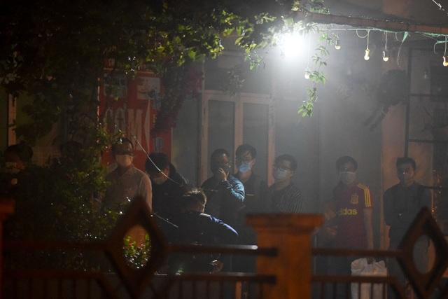 Chuyến xe chở công dân về khu cách ly Pháp Vân - Tứ Hiệp trong đêm mưa - 13