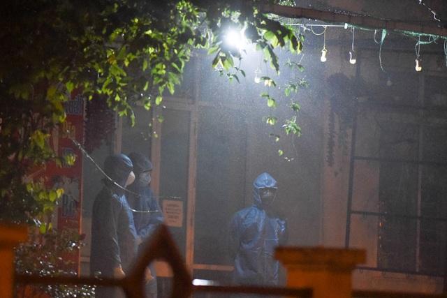 Chuyến xe chở công dân về khu cách ly Pháp Vân - Tứ Hiệp trong đêm mưa - 11