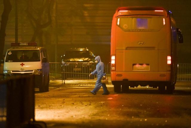 Chuyến xe chở công dân về khu cách ly Pháp Vân - Tứ Hiệp trong đêm mưa - 1