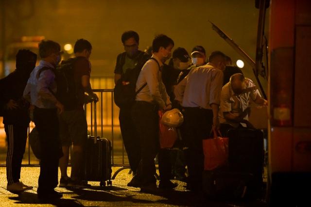 Chuyến xe chở công dân về khu cách ly Pháp Vân - Tứ Hiệp trong đêm mưa - 4