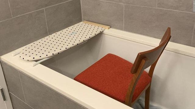 """Bồn tắm, nhà vệ sinh được tận dụng thành…  """"phòng làm việc"""" thời Covid-19 - 7"""