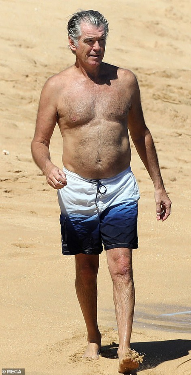 Điệp viên 007 Pierce Brosnan đưa vợ đi tắm biển - 1