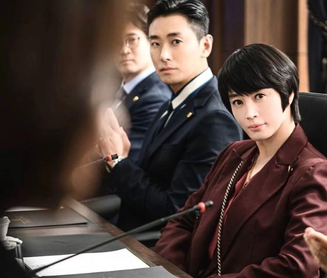Mốt dây đeo điện thoại của Kim Hye Soo trong phim mới gây sốt - 4
