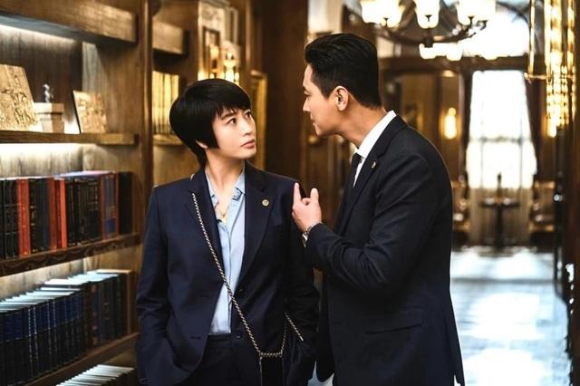 Mốt dây đeo điện thoại của Kim Hye Soo trong phim mới gây sốt - 5