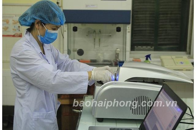 Vận hành máy tự động để xét nghiệm xác định Covid-19, cho kết quả nhanh - 1