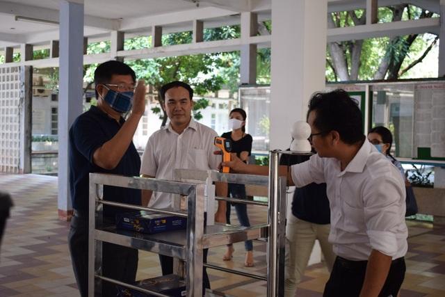 Giảng viên chế tạo robot vận chuyển trong khu cách ly phòng Covid- 19 - 1