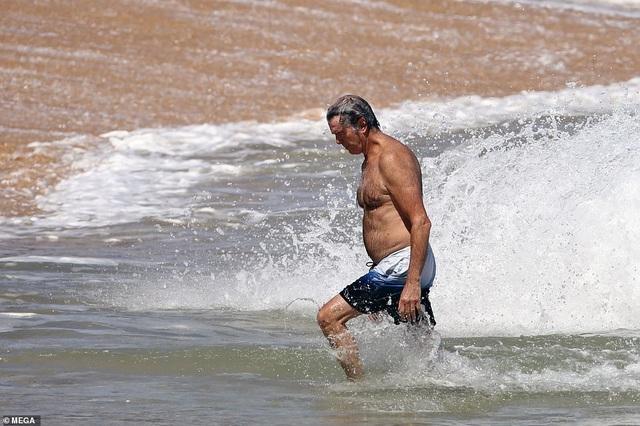 Điệp viên 007 Pierce Brosnan đưa vợ đi tắm biển - 3