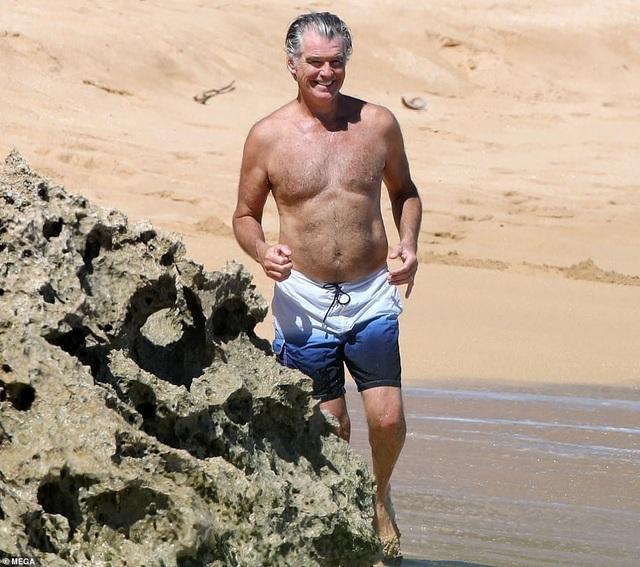 Điệp viên 007 Pierce Brosnan đưa vợ đi tắm biển - 5