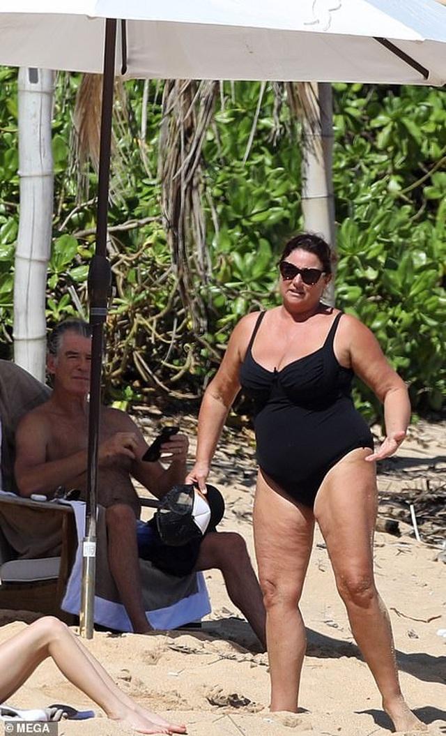 Điệp viên 007 Pierce Brosnan đưa vợ đi tắm biển - 7