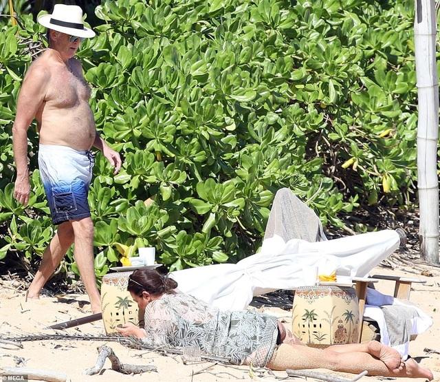 Điệp viên 007 Pierce Brosnan đưa vợ đi tắm biển - 8