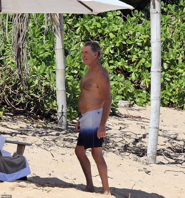 Điệp viên 007 Pierce Brosnan đưa vợ đi tắm biển - 9