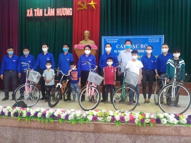 Hà Tĩnh: Biến phế liệu thành xe đạp tặng học sinh nghèo - 7