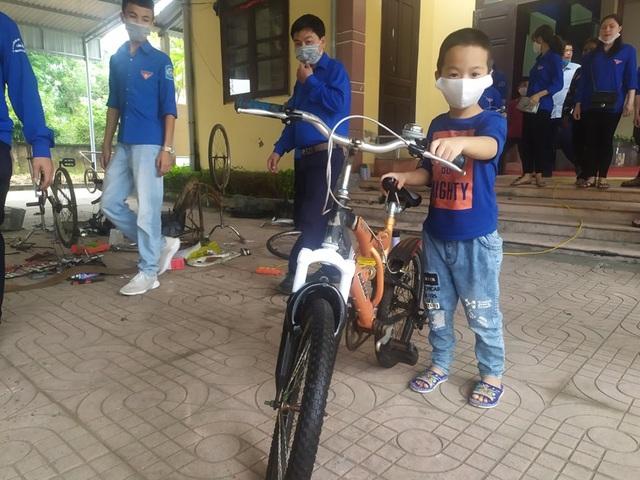 Hà Tĩnh: Biến phế liệu thành xe đạp tặng học sinh nghèo - 6