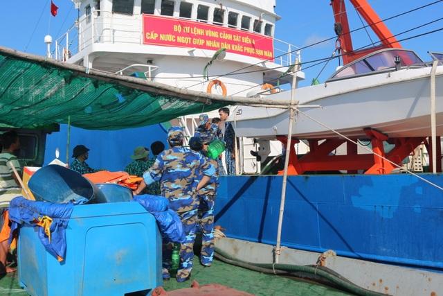 Cảnh sát biển mang nước ngọt hỗ trợ người dân đảo Hòn Chuối - 2