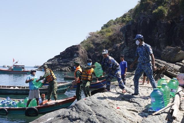 Cảnh sát biển mang nước ngọt hỗ trợ người dân đảo Hòn Chuối - 4