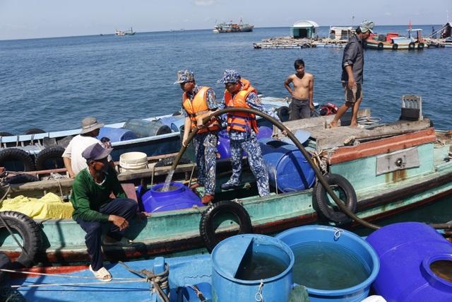 Cảnh sát biển mang nước ngọt hỗ trợ người dân đảo Hòn Chuối - 3