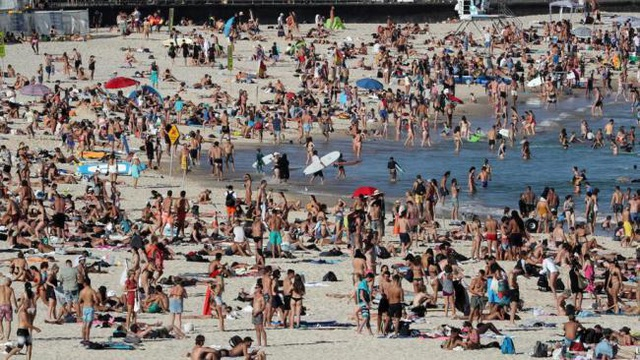 Bãi biển vẫn chật kín hàng nghìn khách tụ tập bất chấp cảnh báo Covid-19 - 1