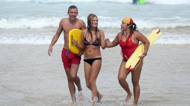 Bãi biển vẫn chật kín hàng nghìn khách tụ tập bất chấp cảnh báo Covid-19 - 3