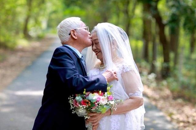 """Chuyện tình yêu """"trên cả kim cương"""" của vợ chồng U90 hút dân mạng - 2"""