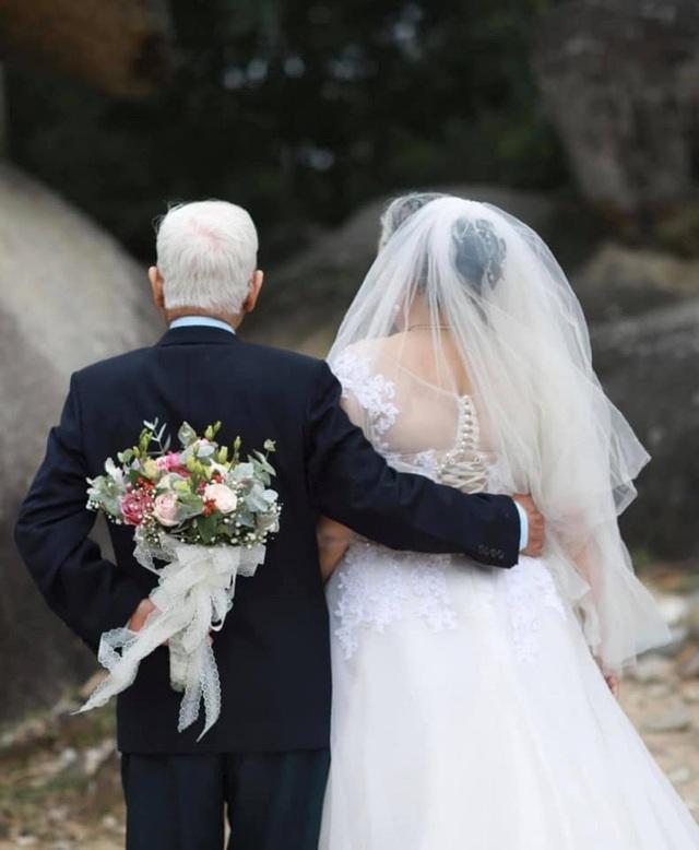 """Chuyện tình yêu """"trên cả kim cương"""" của vợ chồng U90 hút dân mạng - 4"""
